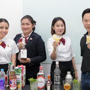 คลาสเรียนบาร์เทนเดอร์ ส่วนหนึ่งในหลักสูตร ของพนักงานบริการอาหารและเครื่องดื่ม