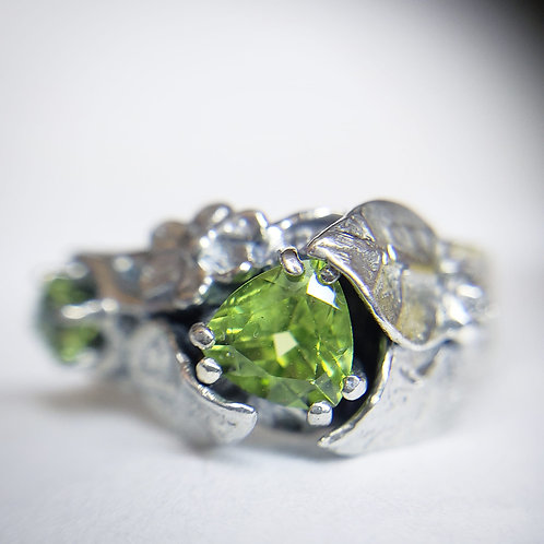Elven solitude ring with peridot