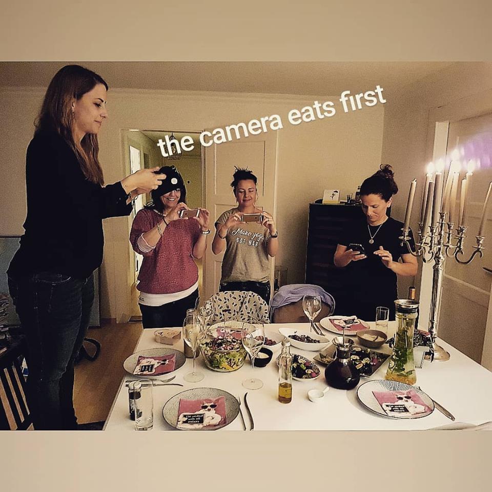 Teilnehmer fotografieren das Essen
