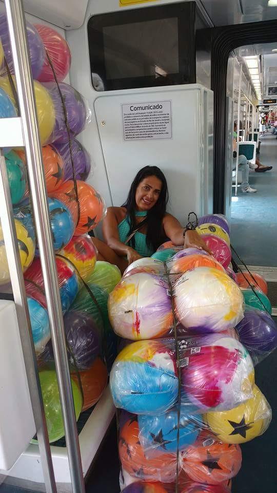 Nilda levando as bolas no trem