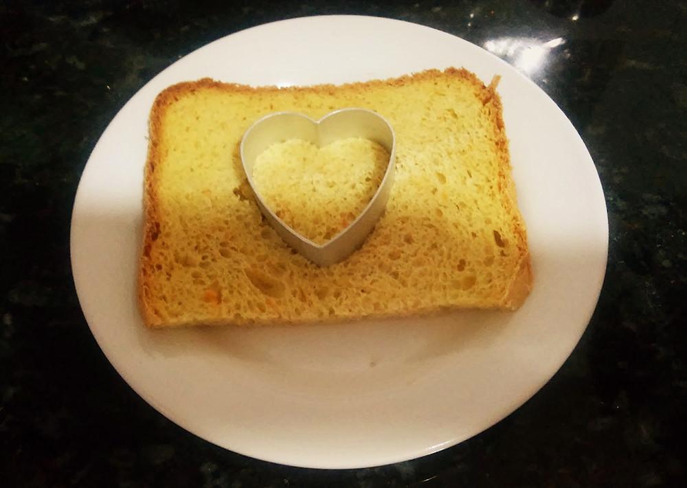 cortando o centro do pão