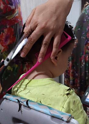 Que tal você mesma cortar o cabelo do seu filho?