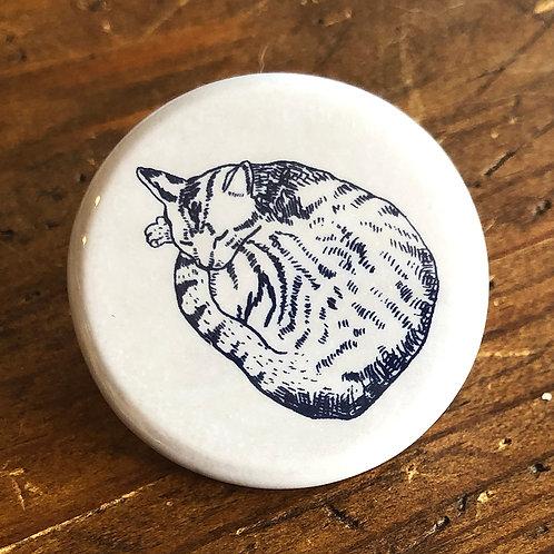 【 丸まった猫の缶バッジ 】