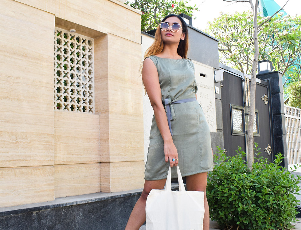 Sleveeless Green Dress With A Color Blocked Tie