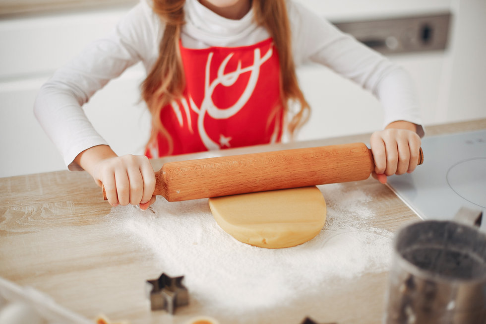 little-girl-cook-the-dough-for-cookies-R