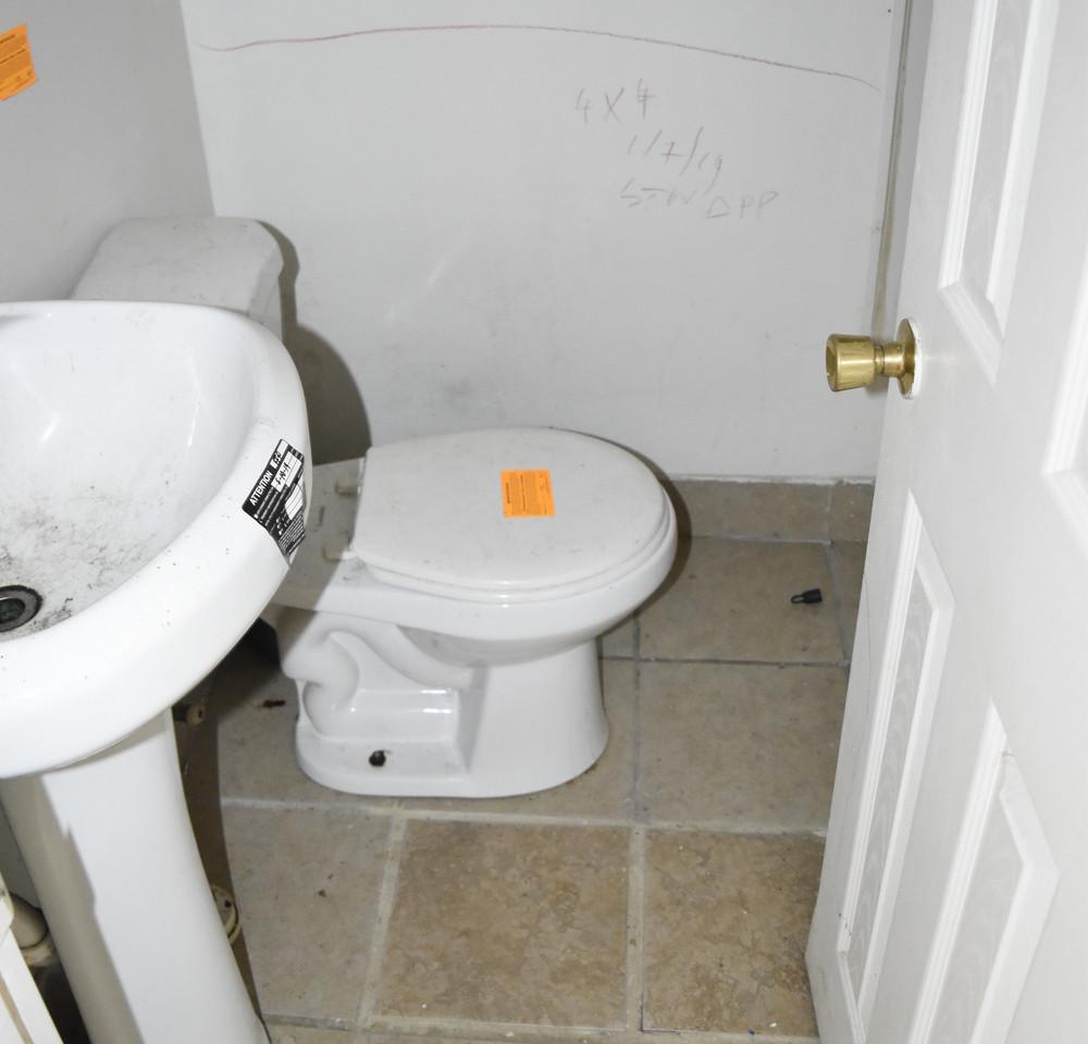 009 Bathroom (Apt 1).jpg