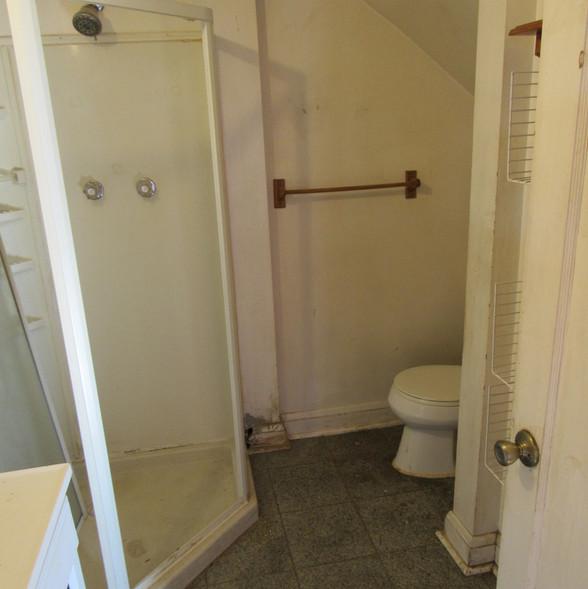 210 Bottom Unit BathroomJPG.jpg