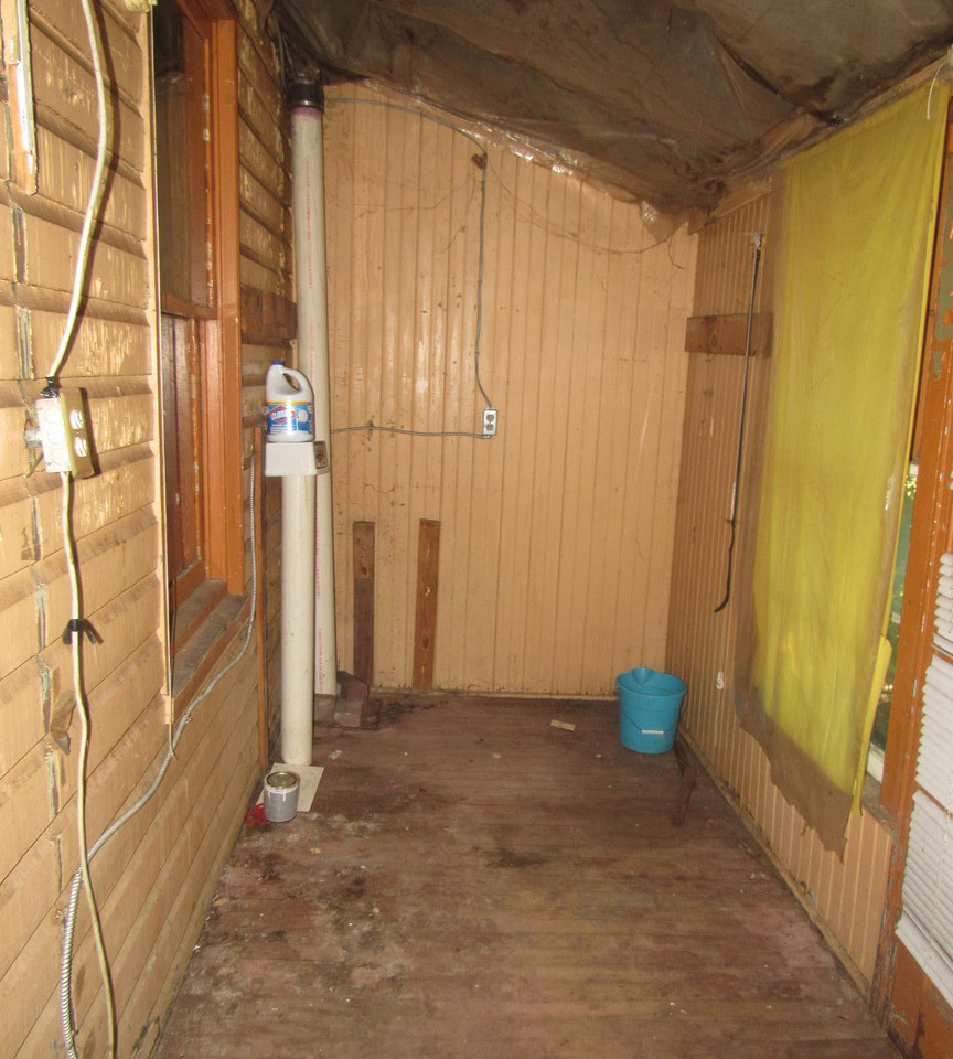 08 - 1525 Cover porch behind kitchen.jpg