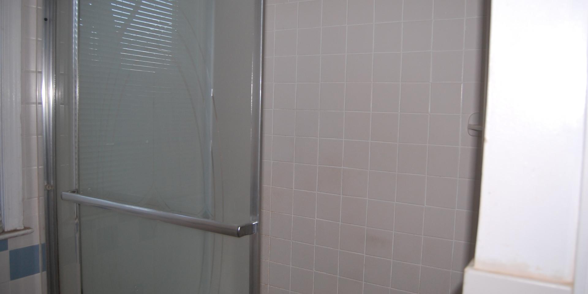 9.4 Upper Full Bath.JPG