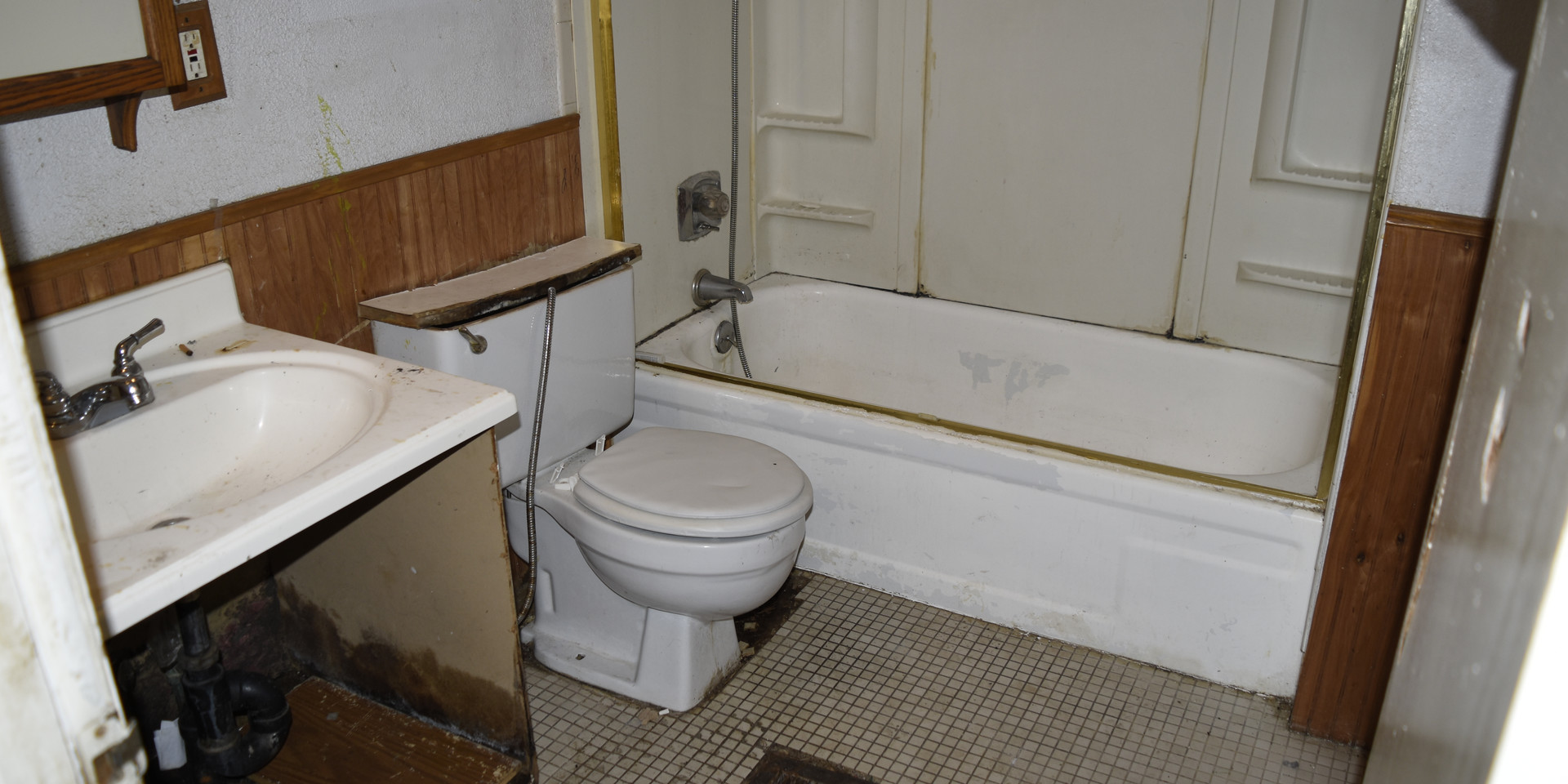 15 Main Level Bathroom.JPG