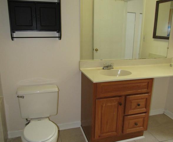 160 Upstairs full bath FJPG.jpg