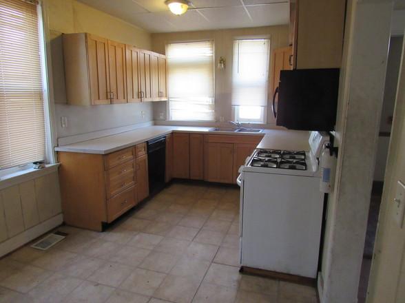 12 Kitchen EJPG.jpg