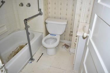 140 Bathroom.jpg