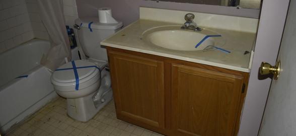 0021 Hall Bath (Full).jpg
