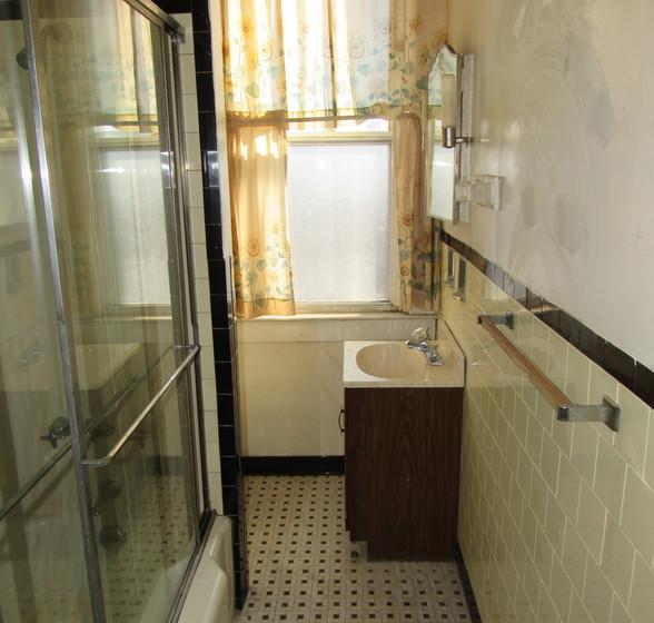 O Full Bath Upstairs.JPG