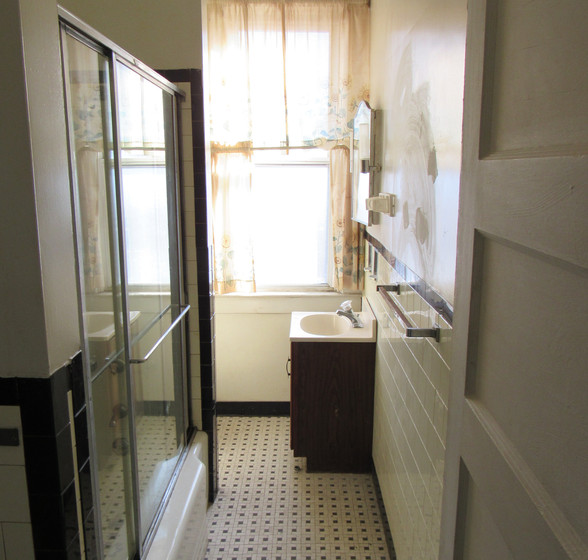 L Full Bath Upstairs.JPG