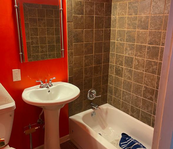 08 - 1st Floor Full Bath.jpg