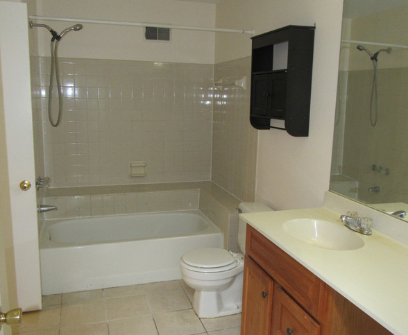 150 Upstairs full bath AJPG.jpg