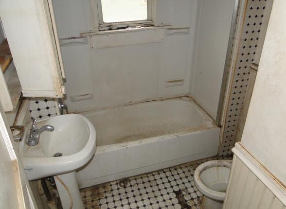 08 - 1st floor Bathroom.JPG
