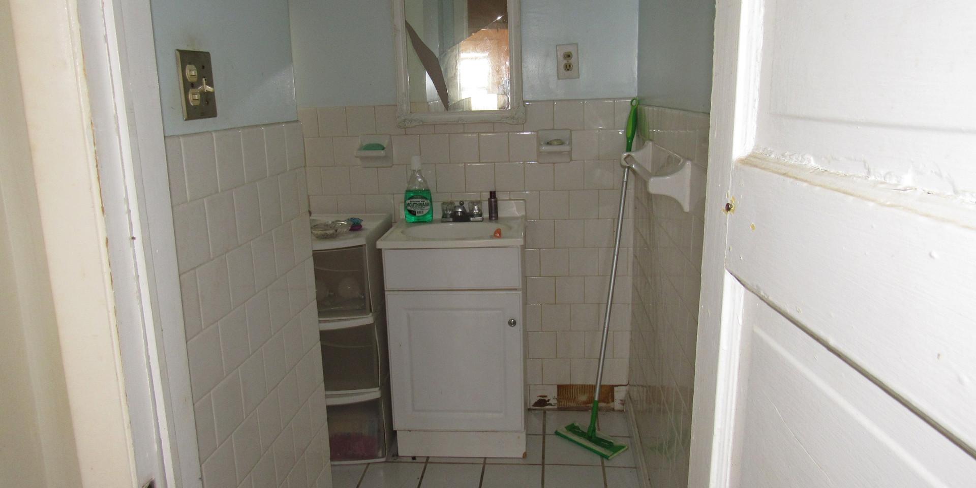 016 2nd floor bathroom A.JPG