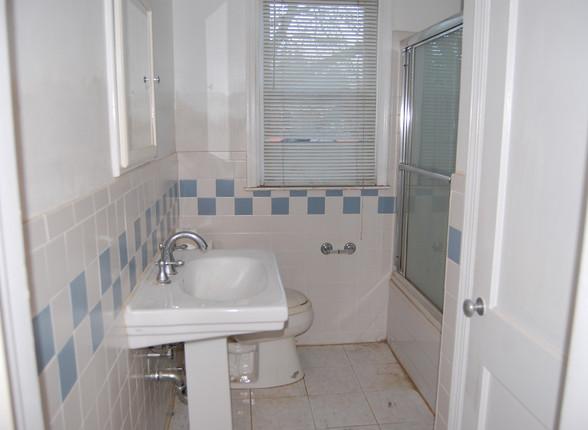 9.1 Upper Full Bath.JPG