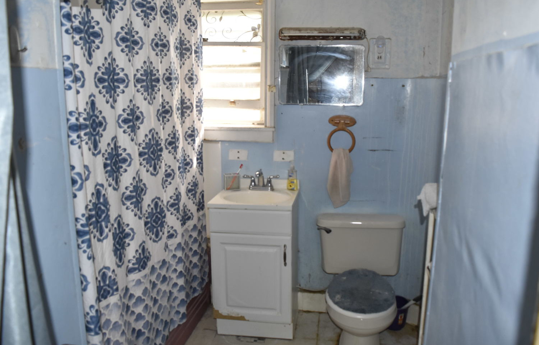 210 BathroomJPG.jpg