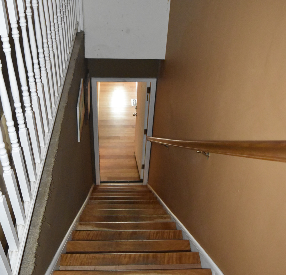 220 Stairs to Apt 2.jpg