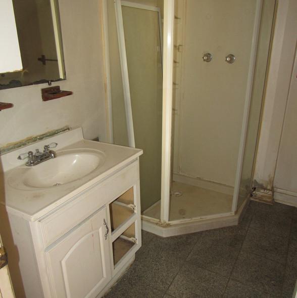 200 Bottom Unit BathroomJPG.jpg