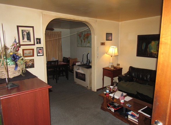05 Living RoomB.JPG