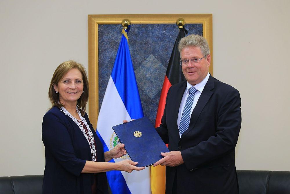 Entrega de copias de cartas Credenciales en el Ministerio de Relaciones Exteriores