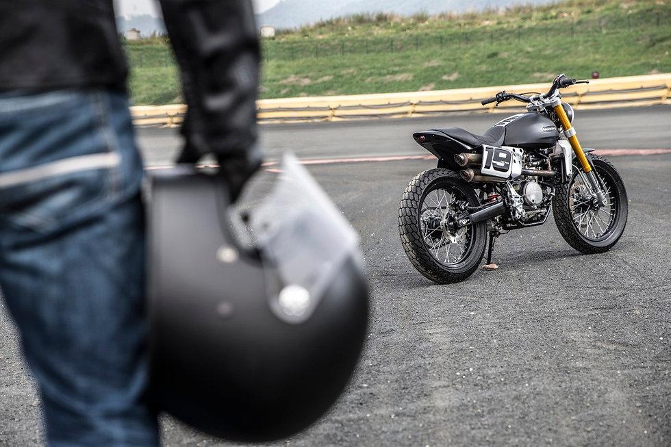 Fantic-Caballero-500-Flat-Tracker-helmet-in-hand.jpg