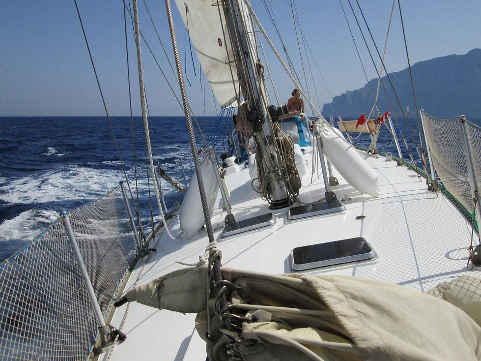 solcando le onde dell' Egeo con una magnifica barca a vela