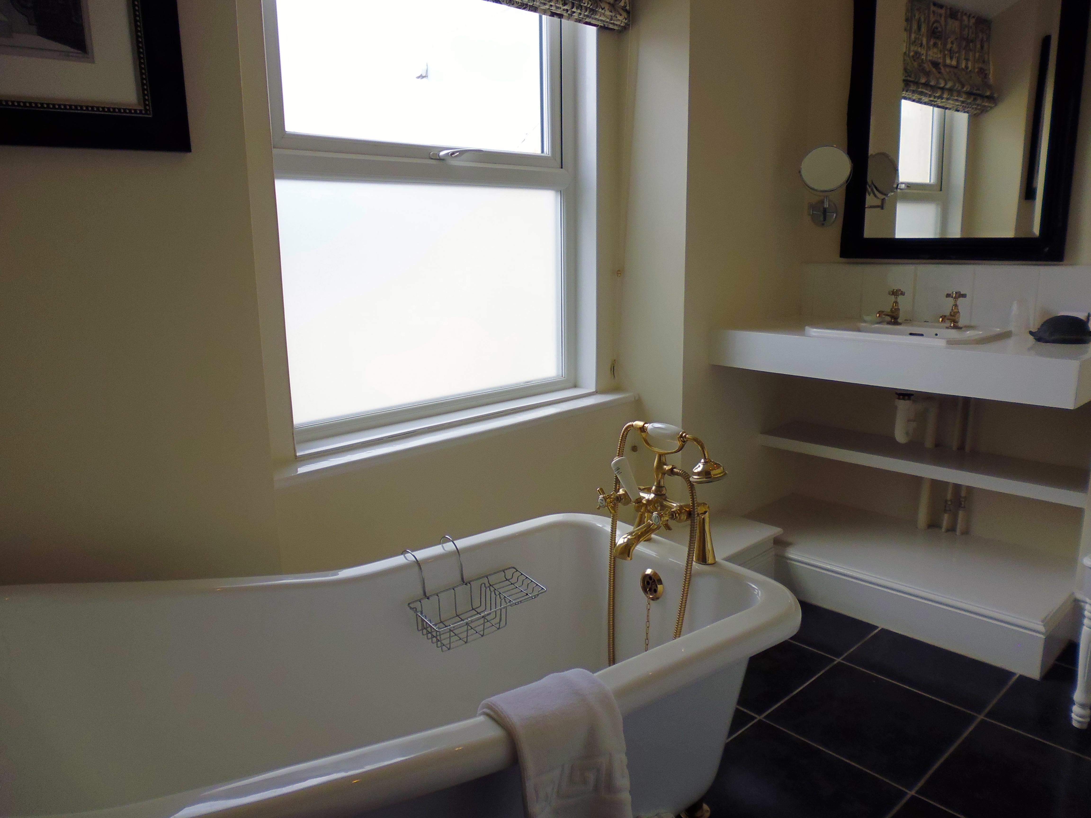 Apartment 6 bathroom