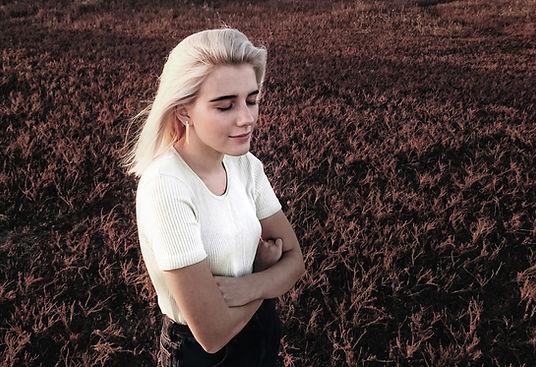 Kvinna som står på fältet
