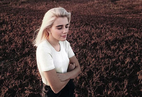 Женщина, стоящая на поле