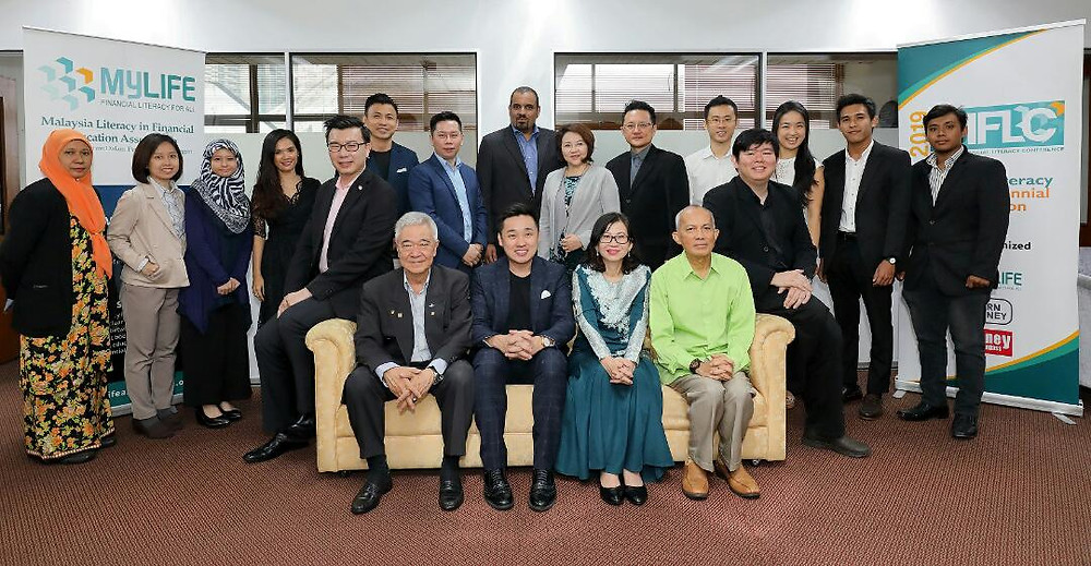 First row from right: Honorary Advisor of MyLIFE, Datuk Seri Azman Ujang, Founding Chairman of MyLIFE, Amy Seok, Vice Chairman of MyLIFE, Dr. Kris See, Honorary Advisor of MyLIFE, Steve Teoh and the committee members of MyLIFE