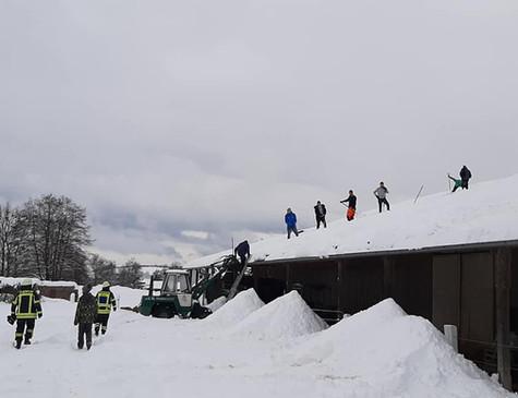 5.Feuerwehr, Schnee, Hallendach 2021.jpg