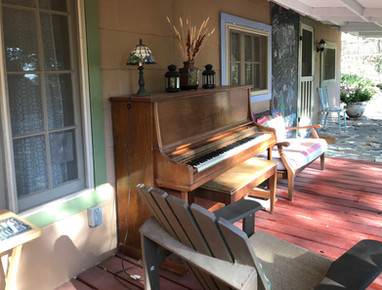Yes, that's a piano on the front porch!