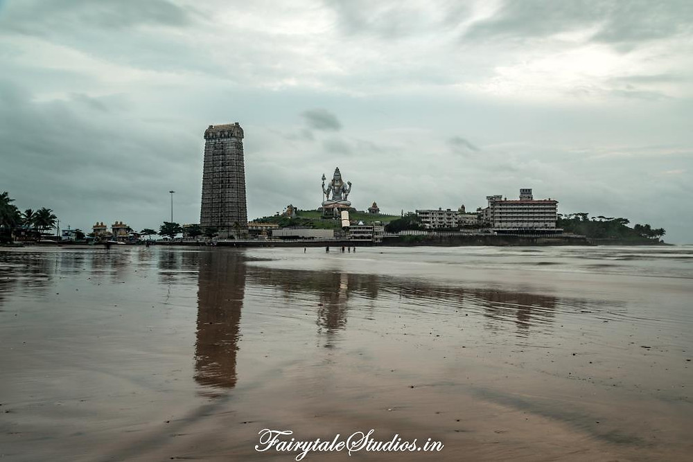 Murudeshwar beach on both sides of Murudeshwar island is soothing and relatively calm beach with slow waves