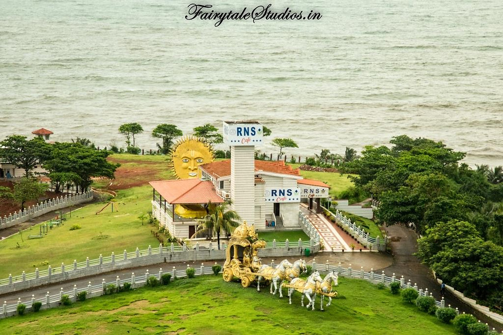 Like many buildings in Murudeshwar, we see RNS cafe here