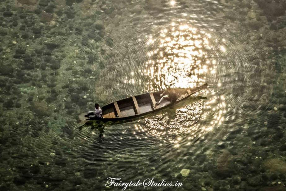 Boats in Transparent water in Shnongpendeng_Umngot river_Meghalaya Odyssey_Fairytale Photo blogs (1)