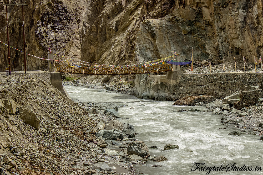 A wooden bridge on the Indus river between Leh and Kargil (The Zanskar Odyssey travelogue)