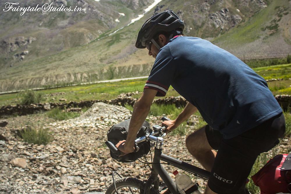 A gutsy guy driving a bicycle to Padum, Zanskar (The Zanskar Odyssey Travelogue)
