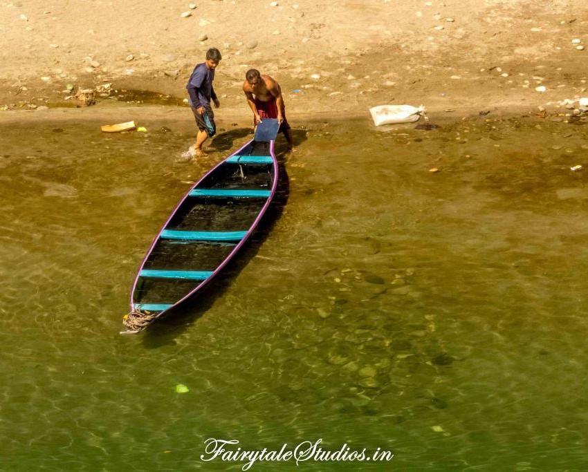 Boats at river banks in Dawki_Umngot river_Meghalaya Odyssey_Fairytale Photo blogs (3)