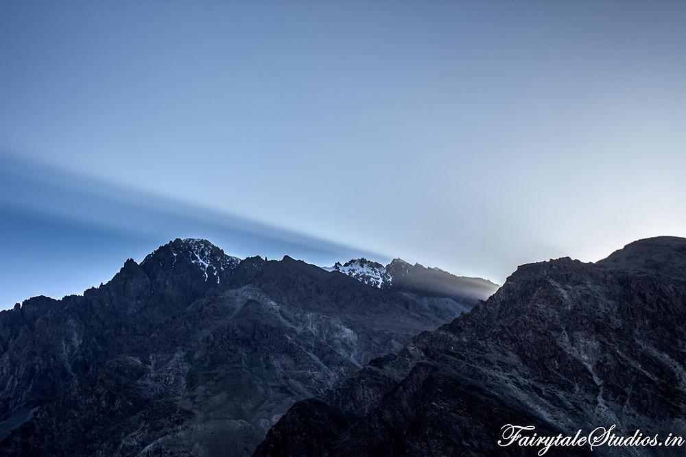 The sunrays cutting through the mighty himalayas (The Zanskar Odyssey Travelogue)