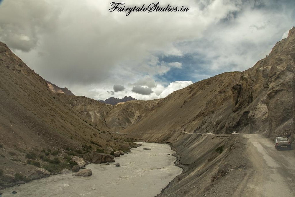Spiti River flowing alongside the road in Spiti Valley, India_Introduction to Spiti Valley