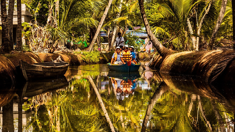 Snake-boat ride in canals of Munroe Island - India_Unique islands to visit in India