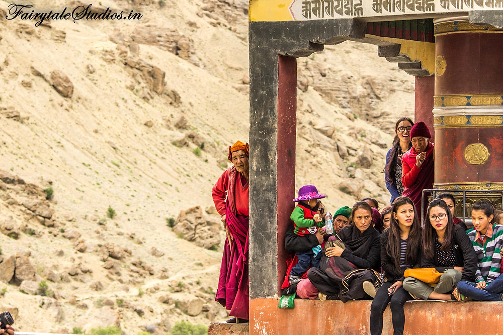 People watching Mentok Stano in Mulbekh monastery (The Zanskar Odyssey travelogue)