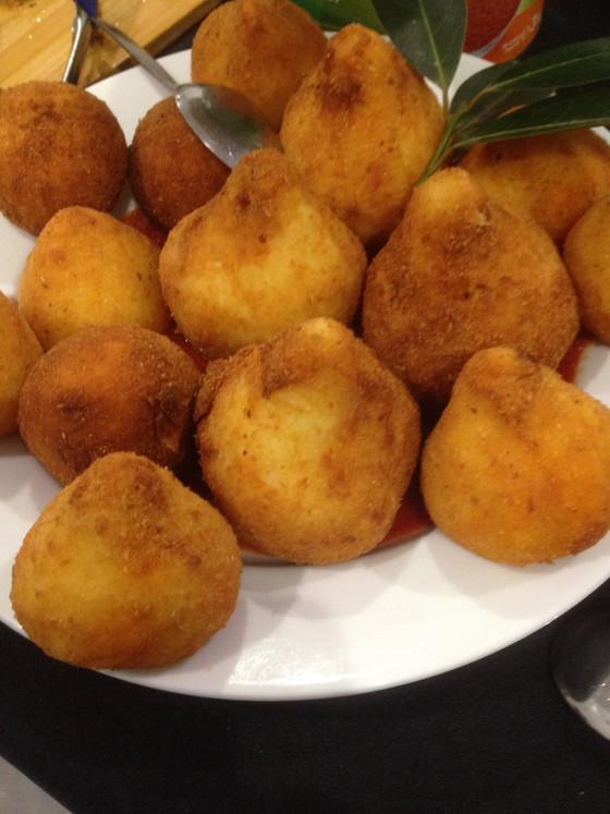 GENDER IDENTITY CRISIS OF A BALL OF RICE : Arancino or arancina?
