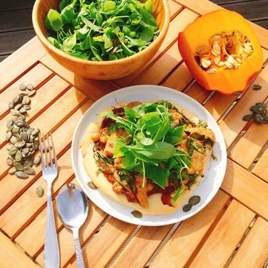 Kürbispizza mit Cashew-Käse & Salat